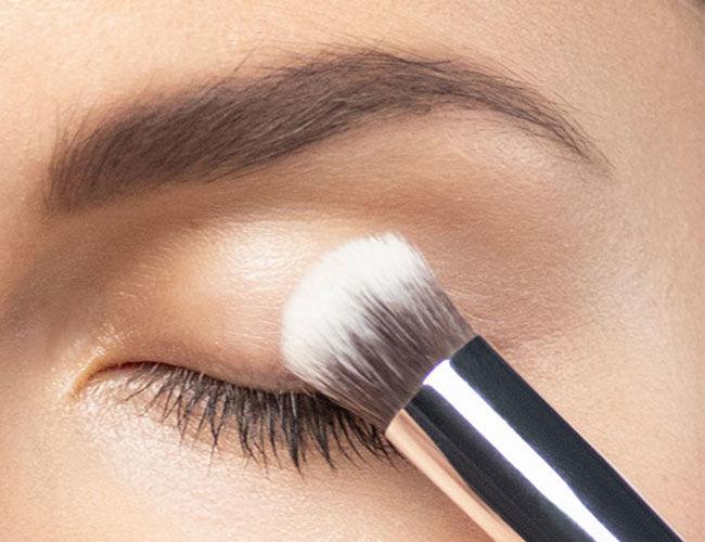 Eine Eyeshadow Base wird aufgetragen