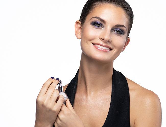 Das Glitzerspray Artic Beauty Dust von Artdeco wird am Hals aufgesprüht