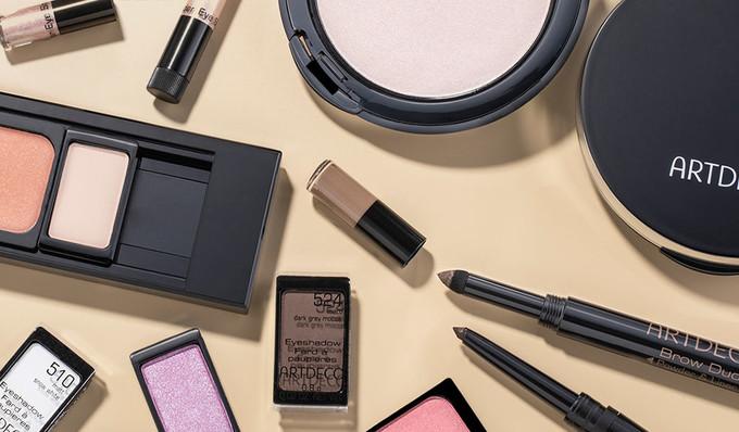 Mehrere nachfüllbare Produkte von ARTDECO wie die Beauty Box, Lidschatten-Stift und auffüllbarer Puder sind zu sehen