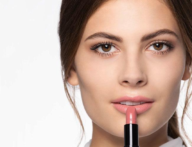 Lippenstift wird aufgetragen