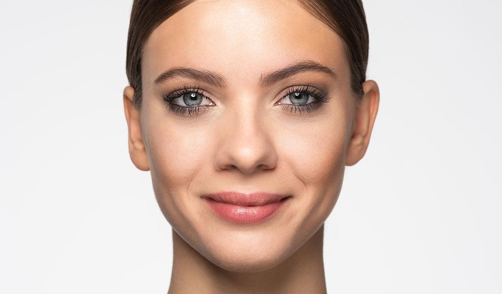 Vous pouvez voir ici l'effet avant/après de l'astuce de maquillage strobing.