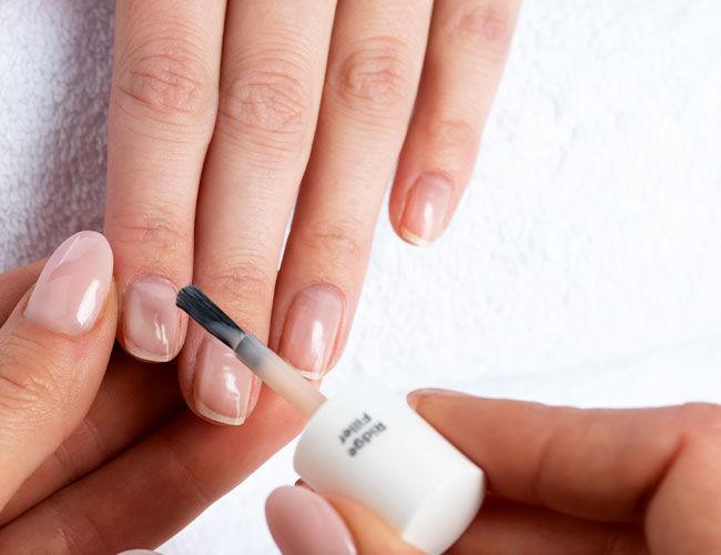 Les irrégularités de la surface de l'ongle sont comblées par le Combleur de crêtes.