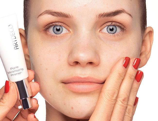Le Pore Minimizing Primer d'Artdeco s'applique avec les doigts.