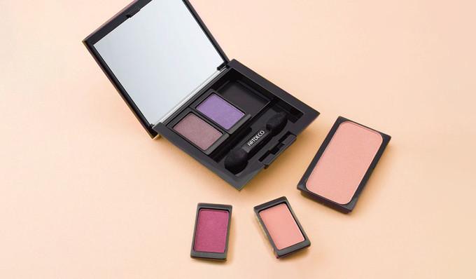 Eine Beauty Box ist gefüllt mit Lidschatten unterschiedlicher Farbe