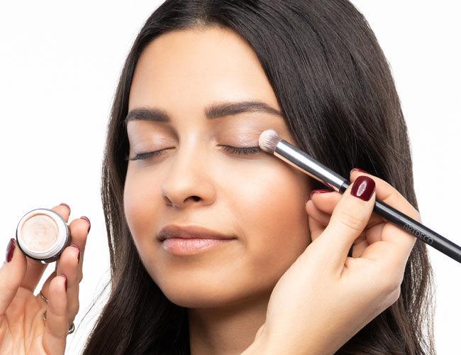 Die Eyeshadow Base wird aufgetragen