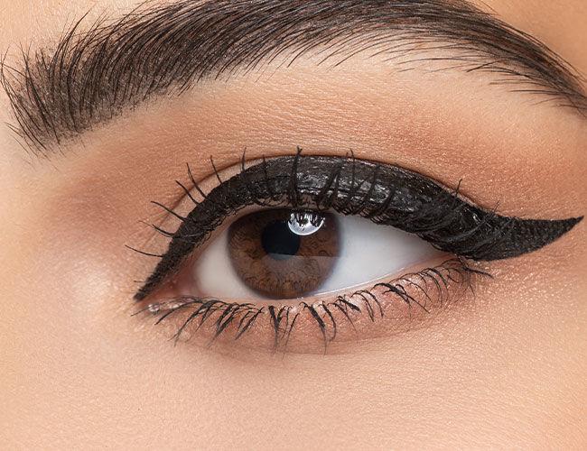 Ein Auge mit einem gezeichneten Lidstrich