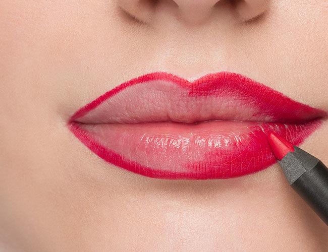 Male die Lippen innerhalb der Kontur aus für eine bessere Farbintensität