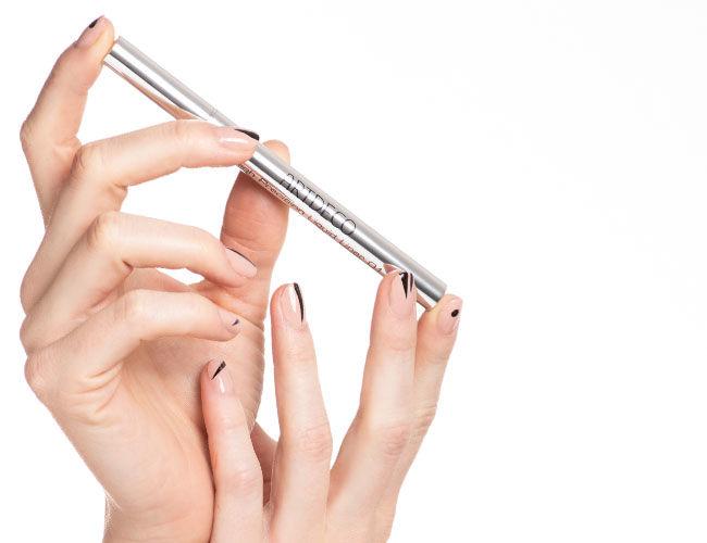 Hier wird der Eyeliner gezeigt, sowie die Applikation auf den Nägeln