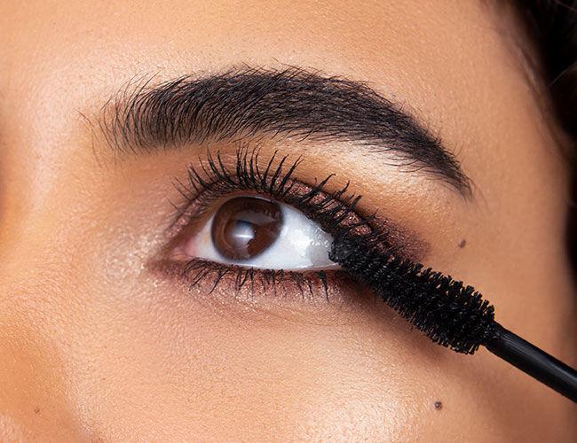 Der obere und untere Wimpernkranz wird mit einer Mascara getuscht