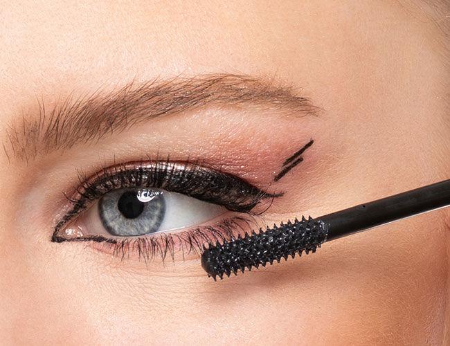 Hier wird die Mascara auf den Wimpern appliziert