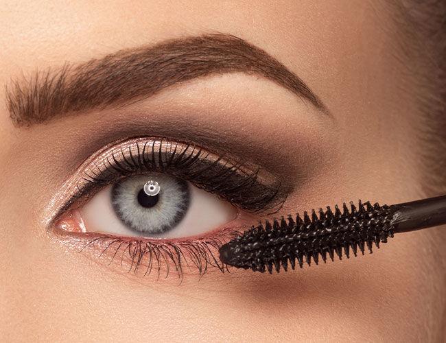 La ligne des cils inférieurs est appliquée avec un mascara.