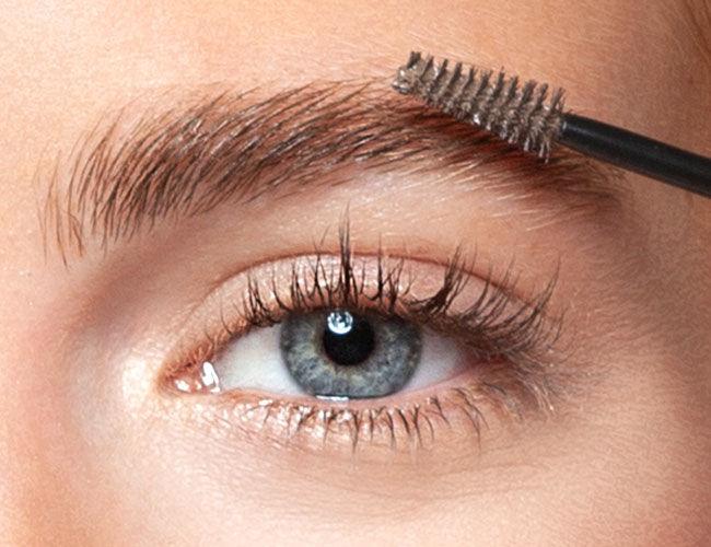 Augenbrauen werden mit einem Gels fixiert