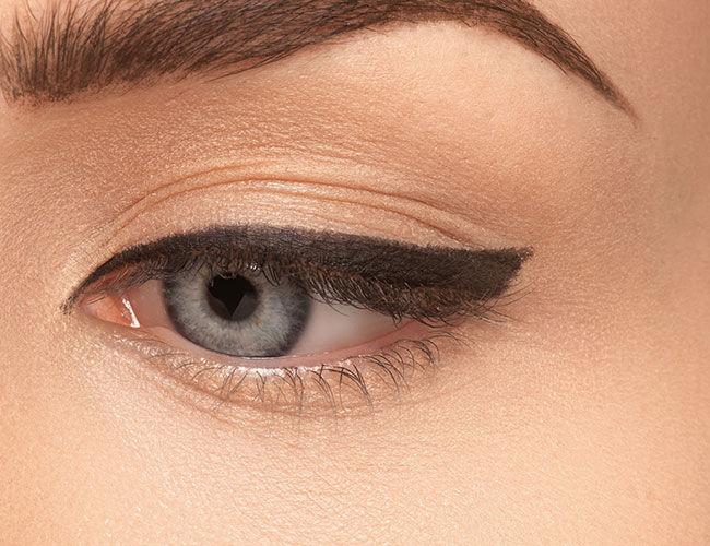 Un œil avec un eyeliner dessiné