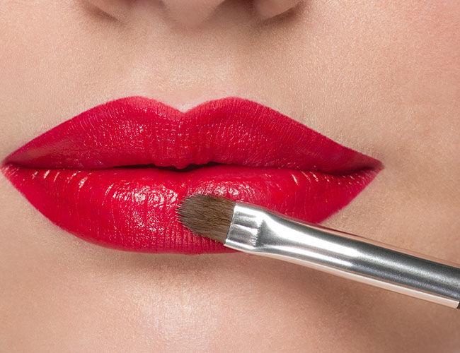 Einen deckenden Lippenstift mit einem Lippen Pinsel auftragen