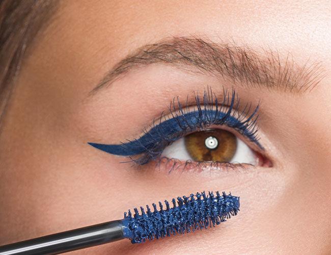 Blaue Mascara als Highlight auftragen